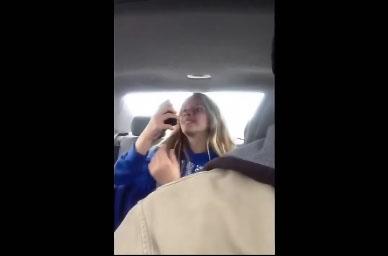 Son père la filme en train de faire des selfies dans la voiture