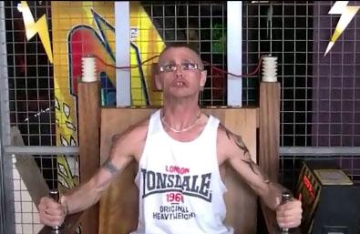 Un anglais teste une chaise électrique