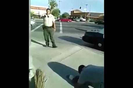 Un policier pointe son arme sur un innocent qui refuse ses ordres