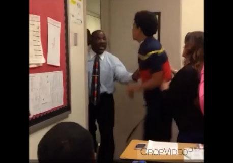 Un élève met une droite à son professeur