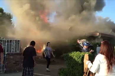 Un inconnu sauve un vieil homme d'une maison en flamme