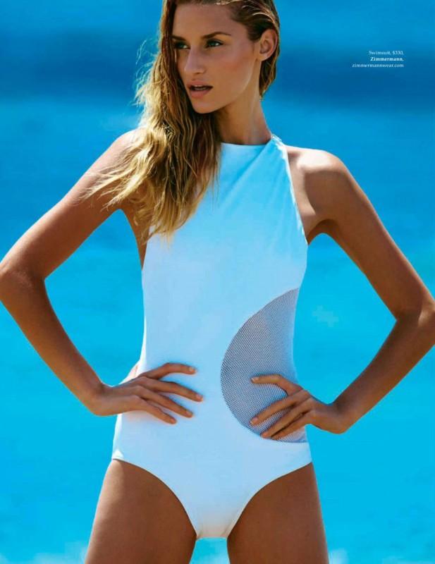 Linda Vojtova pose en maillots pour le ELLE Australien