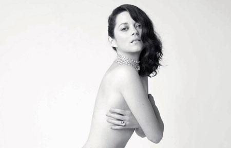 Marion Cotillard pose pudiquement nue pour un magazine