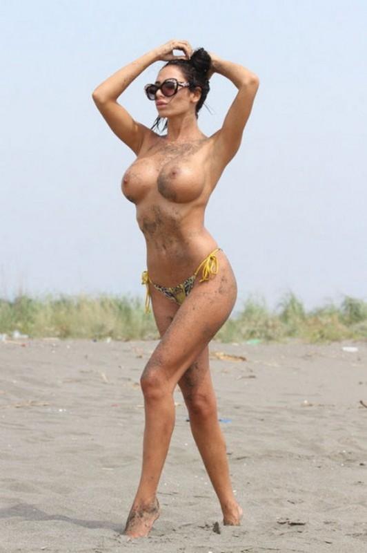Soraja Vucelic topless sur une plage