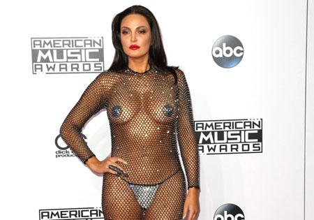 Bleona Qereti et sa cotte de maille aux American Music Awards