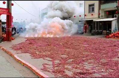 Des milliers de pétards explosent en même temps en Chine