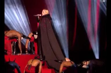 Madonna tombe sur scène pendant les Brit Awards 2015