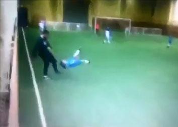 Un entraineur mécontent fait une balayette à un enfant