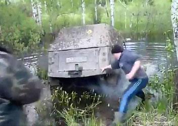 Un russe essaye et sa jeep dans une rivière profonde