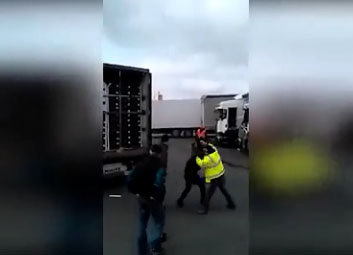 Des routiers frappent les clandestins cachés dans leur camions