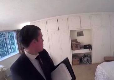 Des agents immobiliers visitent une maison hantée