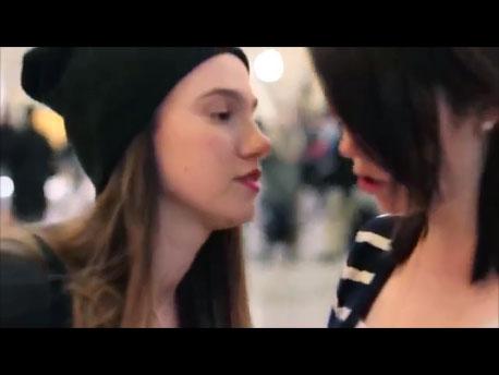 Comment réagir si une inconnue essayait de vous embrasser?