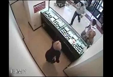 Un braqueur se fait maitriser par un champion de Taekwondo