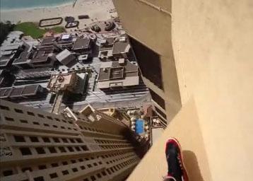 Il saute entre des plateformes minuscules sur un building