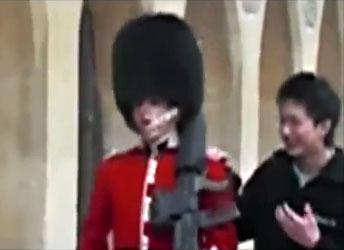 Un touriste chinois touche un garde et royal se fait mettre en joue