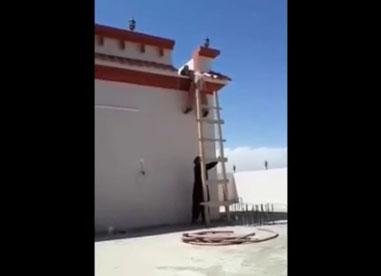 Il fait une blague en retirant l'échelle d'un mec qui voulait descendre