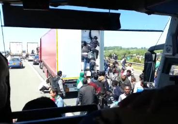 Des clandestins essayent de monter dans un camion à Calais