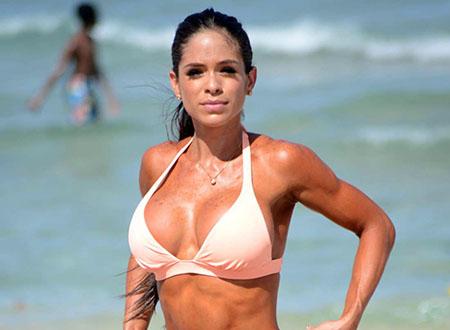 La prof de fitness Michelle Lewin se détend à la plage