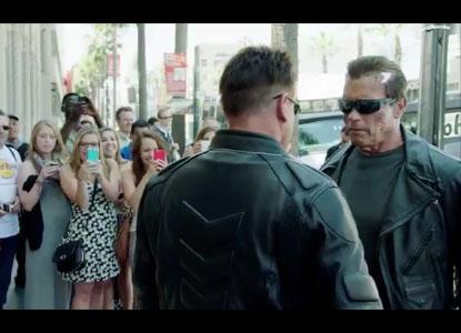 Arnold Schwarzenegger se déguise en Terminator et se ballade dans la rue