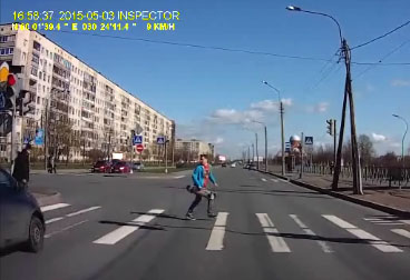Un skateur à deux doigts de perdre la vie à un feu rouge