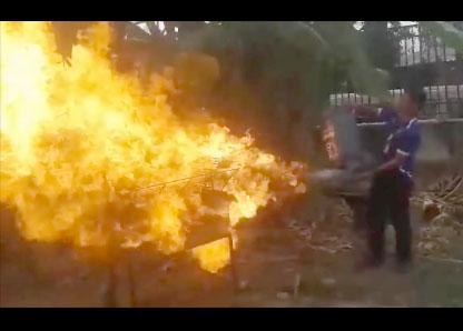 Un thaïlandais allume son barbecue avec une bouteille de gaz