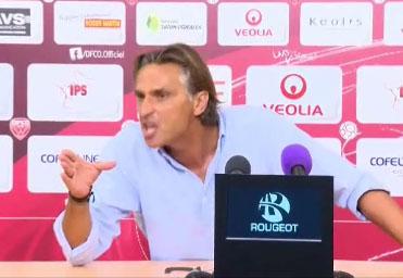 L'entraineur de Niort pète un plomb face à un journaliste