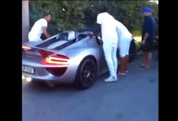 Il encastre sa Porsche 918 Spyder contre un muret