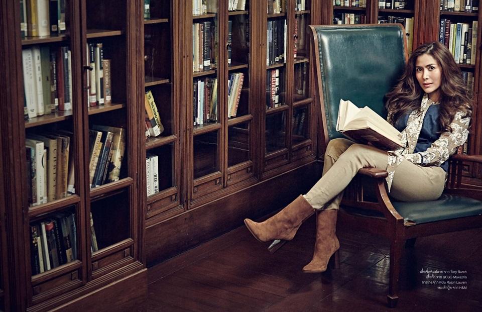 Khemupsorn Sirisukha lit à la bibliothèque