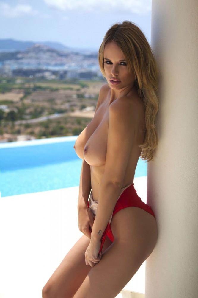 Rhian Sugden pose pour son calendrier sexy 2016