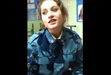 Une femme soldat russe chante adorablement bien