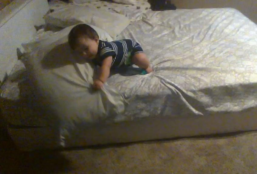 un b b macgyver trouve un moyen pour descendre du lit. Black Bedroom Furniture Sets. Home Design Ideas