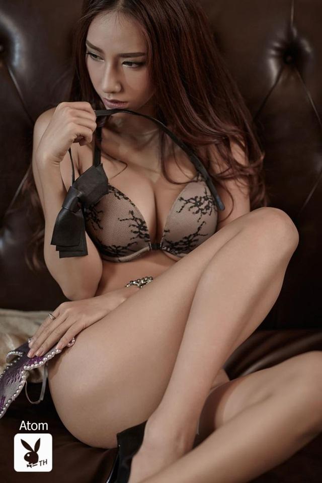 Atom en lingerie pour Playboy
