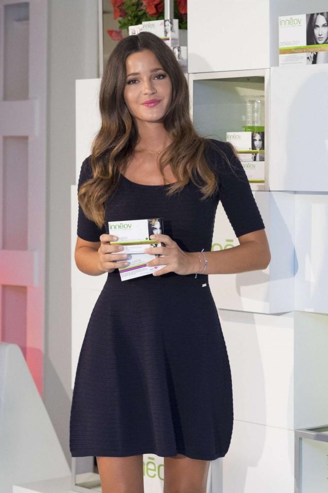 Malena Costa présente un produit de beauté