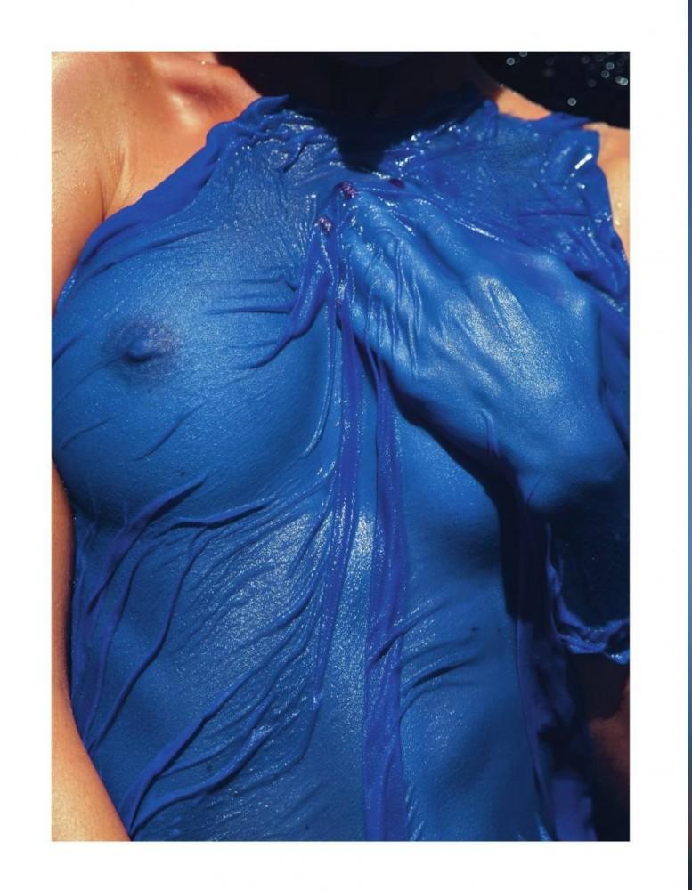 Les seins de Martha Hunt sous un t-shirt bleu