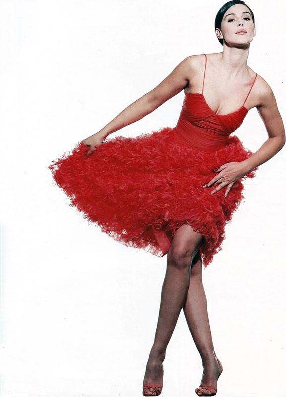 Monica Bellucci en robe rouge pour Madame Figaro