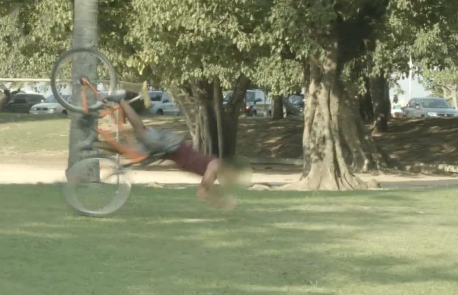 Des voleurs piégés par des vélos attachés aux arbres