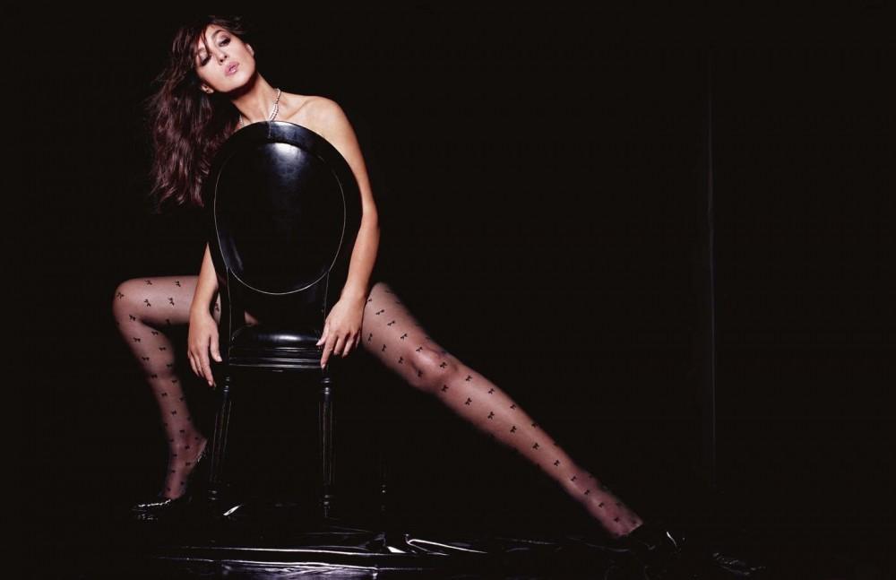 Monica Bellucci derrère une chaise