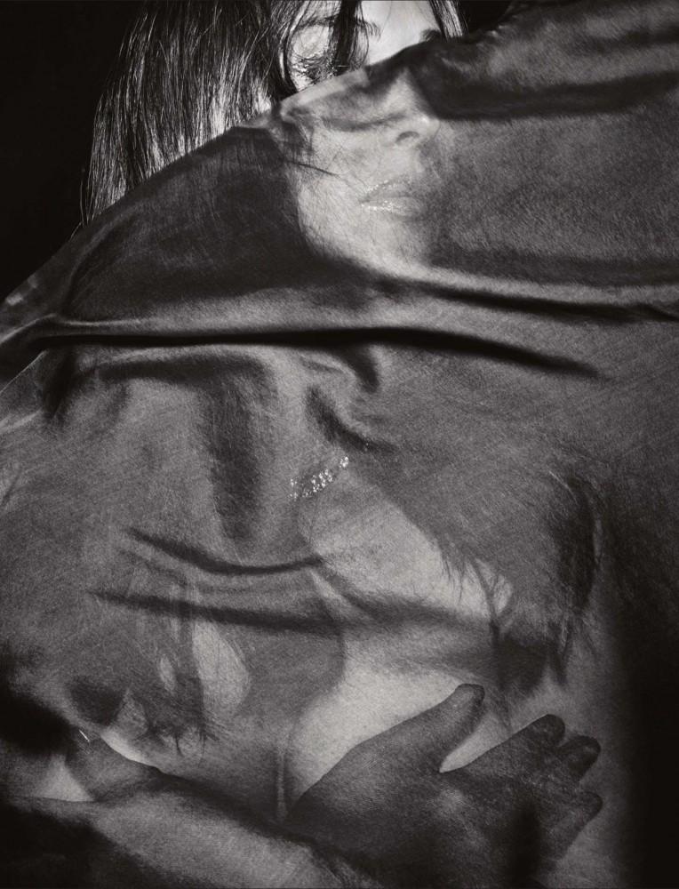 Monica Bellucci pose sexy pour LUI