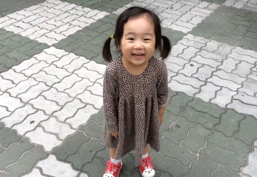Une petite fille ne peut pas bouder à cause de ses baskets