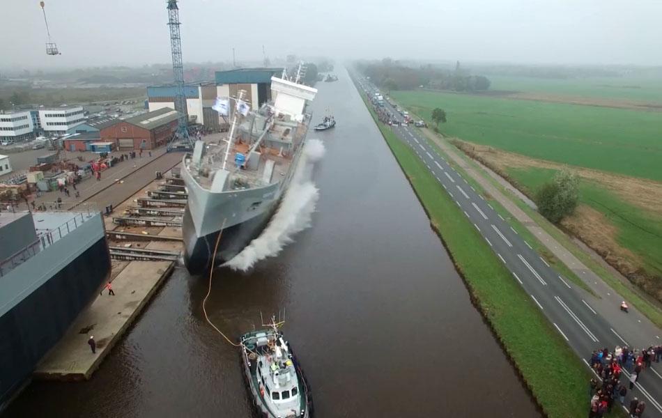 La mise à l'eau d'un cargo impressionnante aux Pays-Bas