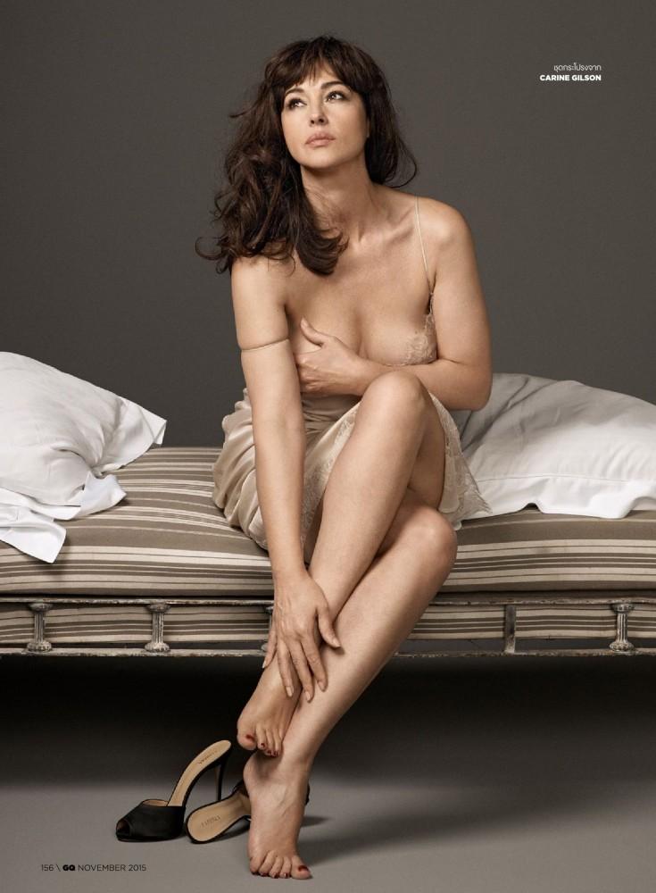 Monica Bellucci sur un lit