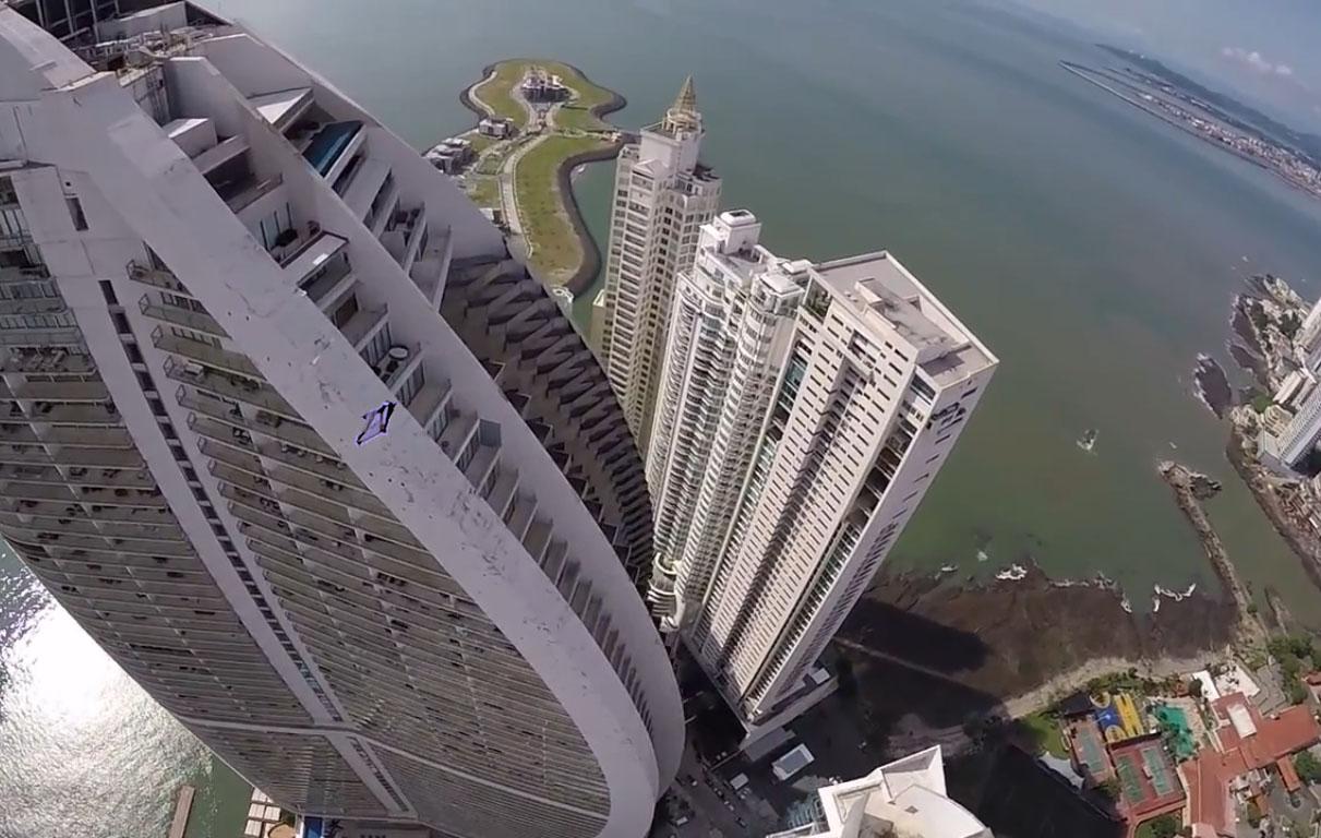 Ils rasent les buildings de Panama City en wingsuits