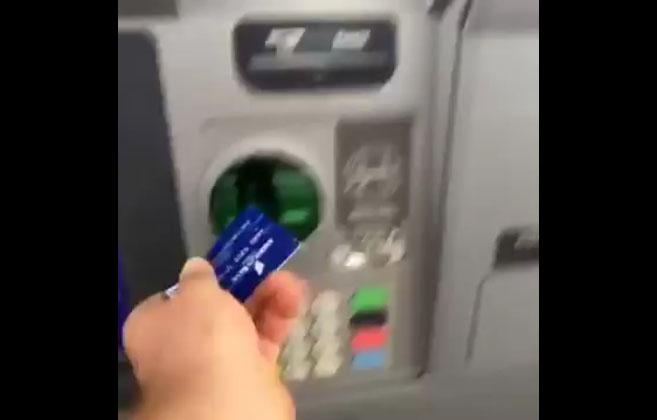 Un distributeur de billet donne des consignes complètement folles