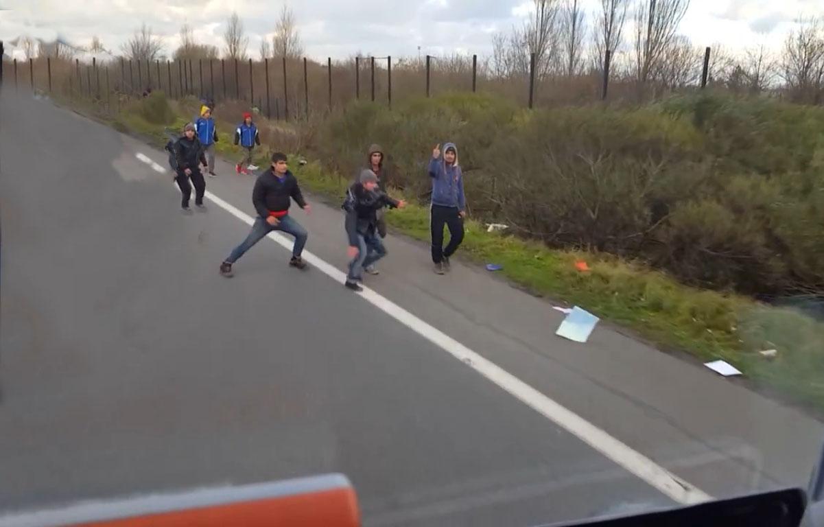 Un routier hongrois fonce sur des migrants à Calais