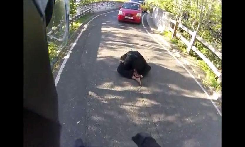 Une femme tente de se suicider sur une route d'Angleterre