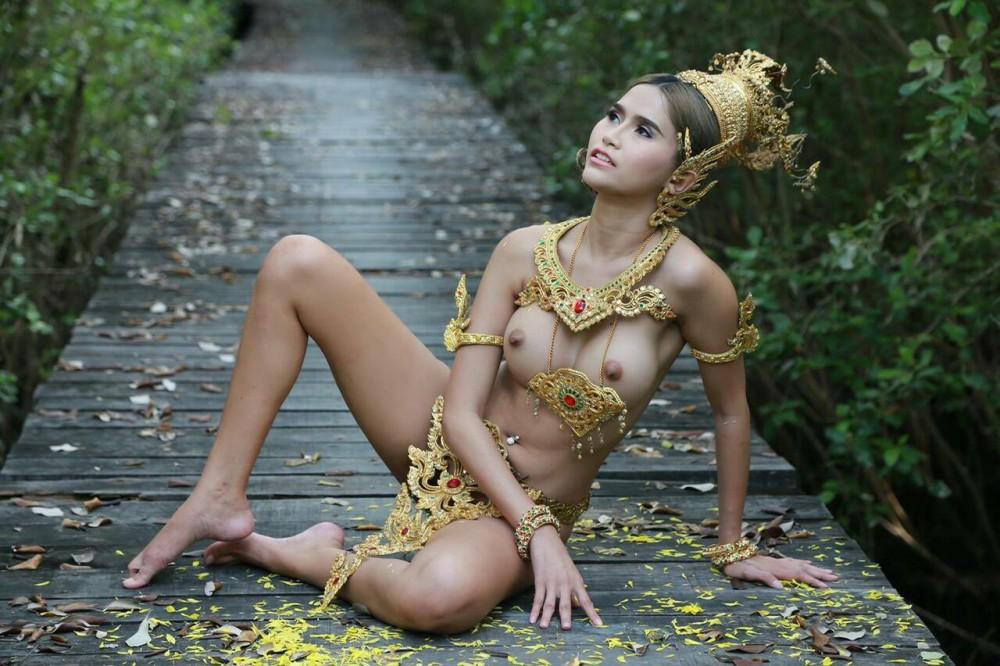 Un mannequin thaïlandais nu avec des accessoires traditionnels