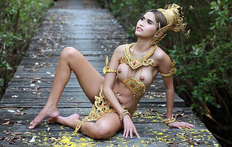 Un mannequin nu portant des accessoires thaïlandais poursuivi en justice