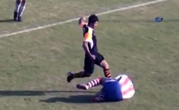 Un joueur de football turc frappe un joueur au sol en plein visage