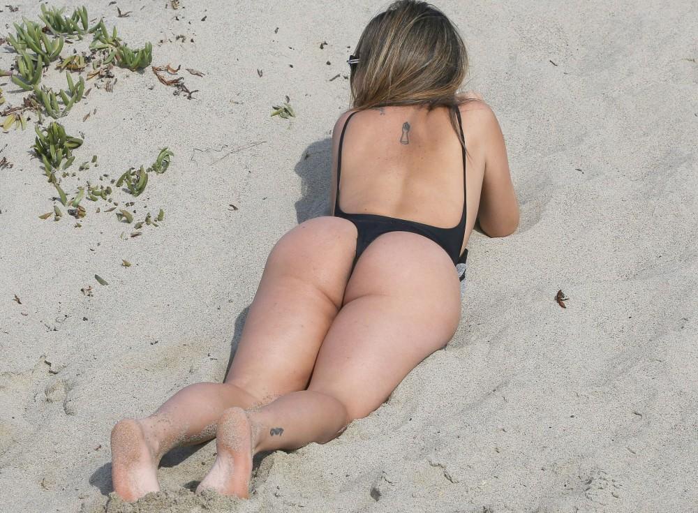 Lizianne Gutierrez se déshabille sur une plage