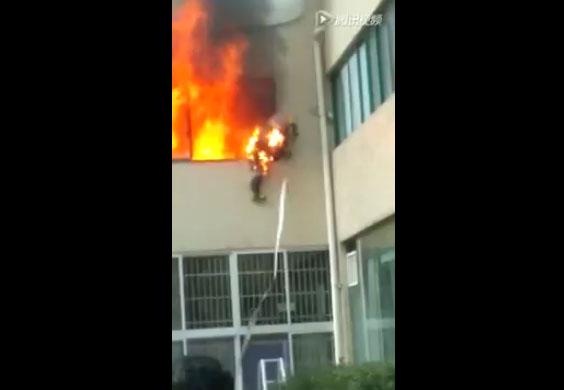 Un pompier obligé de se jeter d'une fenêtre pour ne pas brûler